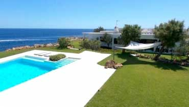 Seafront holiday villa with pool in Majorca to rent near beach