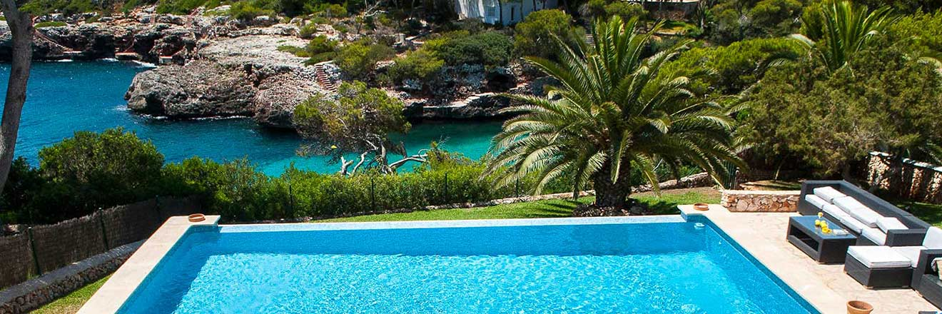 Sea front holiday villa with pool in Majorca to rent near beach